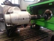 Frézování větší díry do boku skříně extrémně dlouhým nástrojem na CNC frézce FFQ100